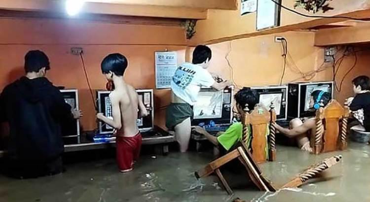Se les inundó el cibercafé y siguieron jugando