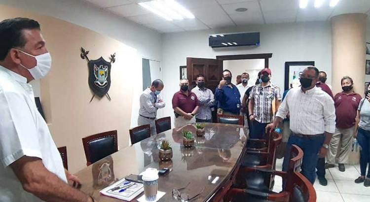 Compromisos por escrito, no palabras, exigen trabajadores al Alcalde Rubén Muñoz