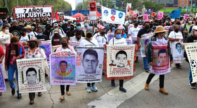 """Llega al Zócalo de CDMX la marcha por """"Los 43"""""""