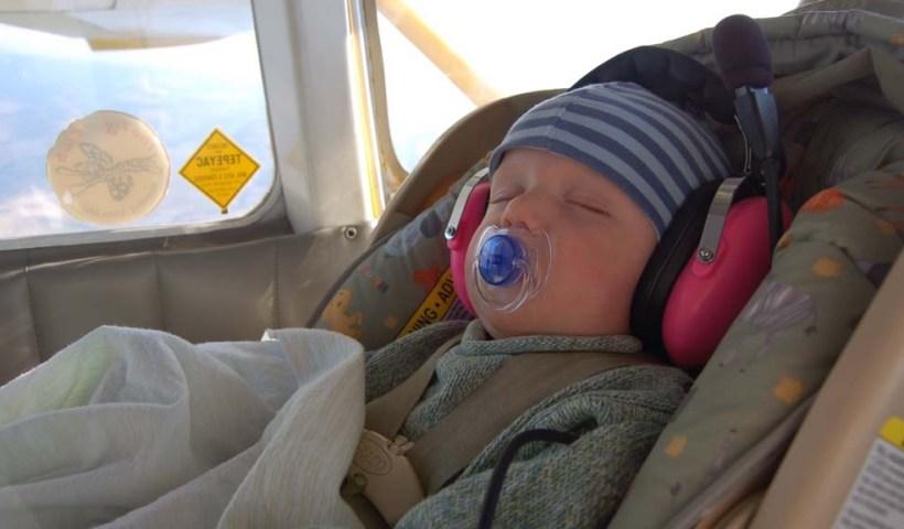 Bayi naik pesawat - Penjelajah