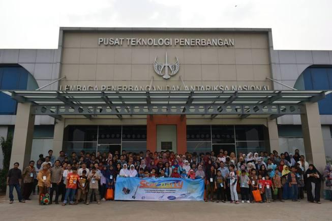 Foto bersama dengan peserta Star Party 2 HAAJ tahun 2015 di Area Pusat Teknologi Penerbangan (PUSTEKBANG), Lembaga Penerbangan dan Antariksa Nasional (LAPAN) Rumpin