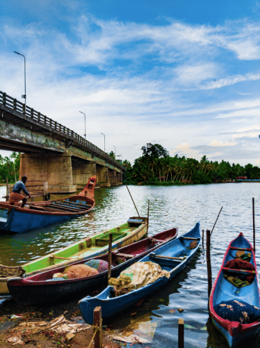 Boats unders Panayil Kadavu bridge