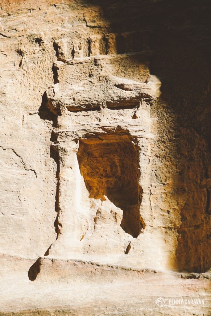 There are many rock cut niches in the siq.