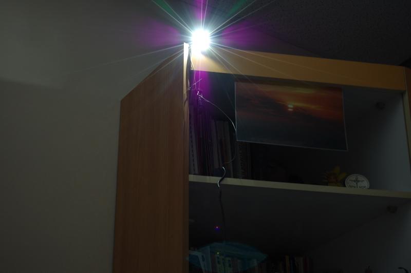 Поглед към работещ светодиод на непълна мощност