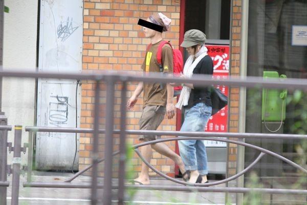 Revista japonesa não perdoa! Utada passeando com o namorado