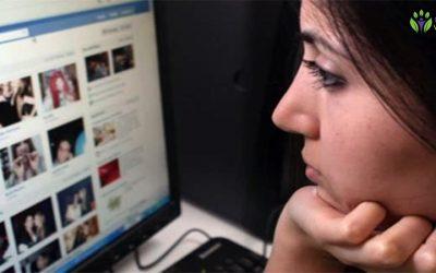 Falsa felicidade que as pessoas existem criar no facebook