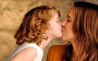 Consequências de ter hábito de beijar filhos na boca