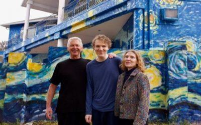 Pais pintaram sua casa inspirados em Van Gogh para que o filho autista não se perder