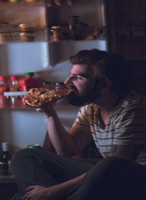 Controlando os excessos na ingestão de alimentos à noite (1)