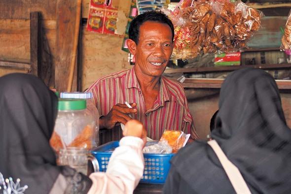 빠따니 시내의 한 구멍가게를 겸한 찻집에서 무슬림 여성들이 물건을 사고 있다. 찻집은 '괴한'의 총격이 빈발하는 곳이다.(Photo by Lee Yu Kyung)