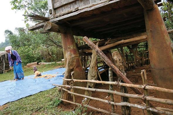 '�탄과 함께 살아간다. 전쟁이 끝난 뒤에도.' 라오스 북서부 샹쾅 지방은 불발탄이 지천이다. 주민들은 집속탄 모탄이나 대형 �탄의 잔해를 모아 집 기둥으로 쓰기도 한다.(Photo by Lee Yu Kyung)