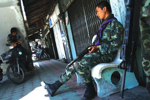 레드존'으로 분류된 얄라주 무앙 지구에서 경계를 서고 있는 보안군      (Photo by Lee Yu Kyung)