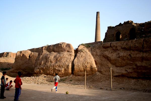 벌판에 우뚝 선 벽돌 공장의 굴뚝. 이란 수도 테헤란 외곽에 위치한 아프간 난민 촌의 상징적 그림이다. 이곳에서 난민들은 이동의 자유마저 제약당한 채 고립과 은둔의 생활을 하고 있다. (Photo by Lee Yu Kyung)