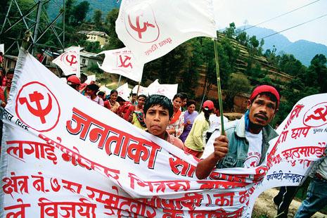 자랑찬 네팔인이여, 공화제로 나아가자! 10년 내전을 평화협상으로 매듭짓고 의회민주주의로 나아가는 네팔 국민의 자부심은 남다르다. 최대 정당으로 부상할 것으로 예상되는 마오이스트 지지자들이 펼침막을 든 채 거리를 행진하고 있다.(Photo by Lee Yu Kyung)