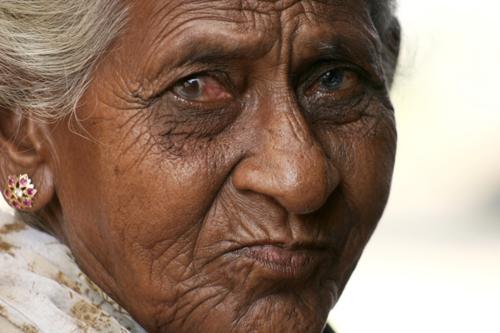 스리랑카 분쟁의 역사는 60년이다. 전반 30년은 비폭력 정치투쟁으로 후반 30년은 민족해방투쟁으로 저항해온 타밀인들의 현대사를 온 몸으로 경험한 이 노인은 2년전 전쟁이 끝난 동부 고향으로 돌아가지 못한 채 피난민 캠프에서 3년째 지내고 있다. (Photo by Lee Yu Kyung)
