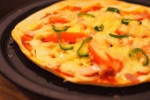 野菜とベーコンのミックスピザ