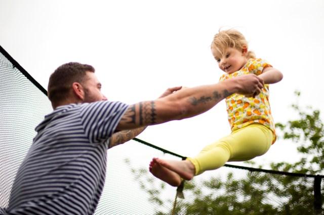Far og datter på trampoline