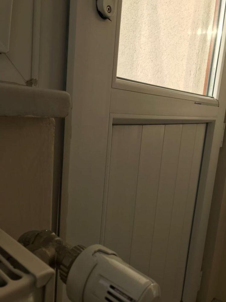 Balkon kapısının ön tarafı açık kalıyor