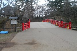 杉の大橋, now with things that don't belong on it