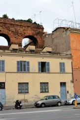 Здание пристроено к останкам древней водопроводной системы