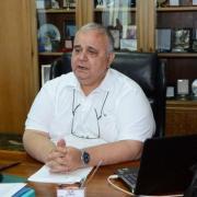 O Πρύτανης του Πανεπιστημίου Πατρών Γιώργος Παναγιωτάκης συγχαίρει τον Μίμη Πλέσσα για την βράβευσή του από τα G. Sciacca.