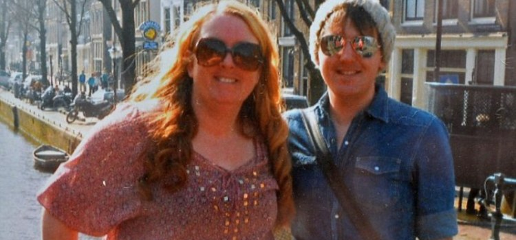 Απίστευτη ιστορία μητέρας στη Βρετανία που έκανε παιδί για τον γκέι γιο της