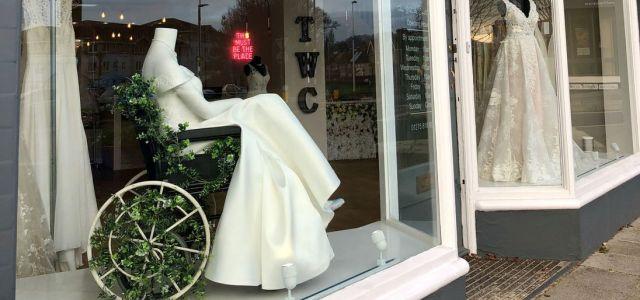 The White Collection : Ο οίκος νυφικών που στη βιτρίνα του παρουσιάζει αναπηρικό αμαξίδιο