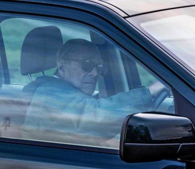 Δεν έβαλε μυαλό ο πρίγκιπας Φίλιππος μετά το τροχαίο και κάθισε ξανά στο τιμόνι
