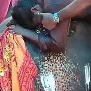 Εκπαιδευτής «ιερού» ελέφαντα σπαράζει πάνω από το νεκρό σώμα του «φίλου» του