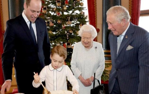 Ο πρίγκιπας Τζορτζ φτιάχνει πουτίγκα παρέα με την βασίλισσα Ελισάβετ, τον πατέρα και τον παππού του