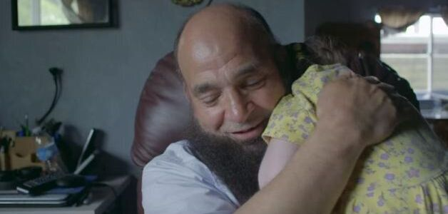 Παιδιά χωρίς γονείς πεθαίνουν στην αγκαλιά αυτού του άνδρα