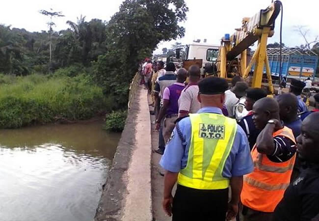 Ososa-River-claims-another-commercial-van