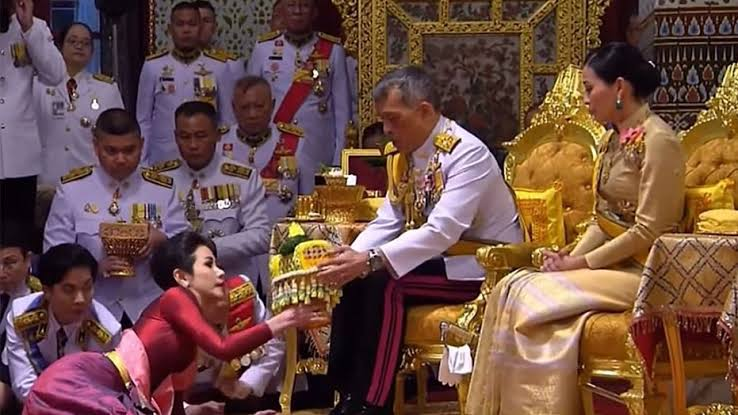 Thailand's-king-with-guards