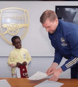 Munir Sada signing documents at Arsenal