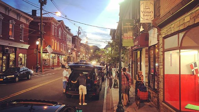 The amazingly bumpin' streets of Haverstraw, a magical land where white, black, and brown people bustle around downtown talking three or four different languages, children underfoot, where people talk to neighbors hanging out on the street, Dominican, Puerto Rican, Ecuadorian, Mexican restaurants everywhere. I am not kidding. We are struggling to describe it. #shantyboat #67percentlatinx #magiclands