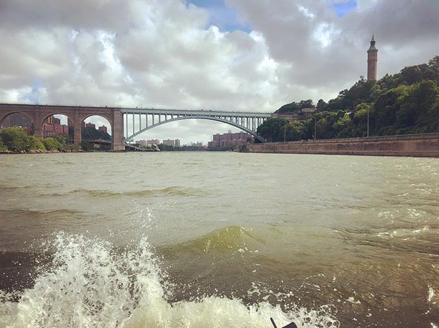Big sky over and big waves around Manhattan on the Harlem River. An inopportune wind blows north #Shantyboat #AccidentalHaiku #HarlemRiver #NYC