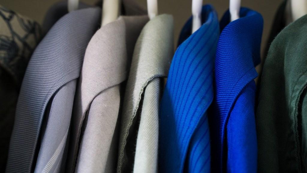 abrigos limpios en el armario. limpiar un abrigo
