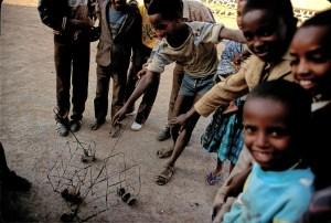 Tras 30 años de guerra contra los etíopes, los niños en Eritrea ayudan a cerrar cicatrices y saben cómo divertirse. Foto: LUIS DAVILLA