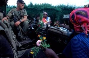 Los Infantes de Marina franceses eran agasajados y vitoreados en las colinas de Rwanda por venir a ayudarles. Foto: LUIS DAVILLA.