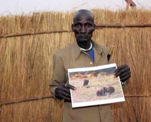 Lo logró: Alberto retrató en Ayod, en 2011, al padrecon la famosa foto de su hijo, que habíasobrevivido a la tragedia. Fin del cuento. (Foto: ALBERTO ROJAS)