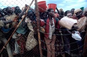 Sólo los mejores especímenes de cada pueblo logran alcanzar la valla. En la imagen, campo de refugiados ruandeses. (Foto: LUIS DAVILLA)