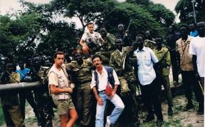 Boniatos posando con las tropas desarrapadas de Riek Machar en lo alto de un carro de comabte abandonado y comido por la selva. (Foto LUIS DAVILLA)