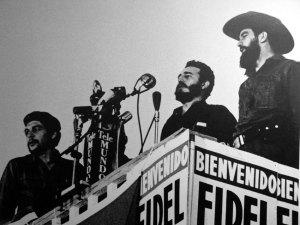 Ché Guevara, Fidel Castro y Camilo Cienfuegos durante un discurso ante las masas.