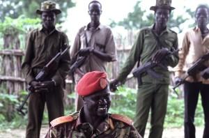 Riek Machar rodeado de una escolta zarrapastrosa de combatientes en su aldea natal. (Foto: LUIS DAVILLA)