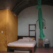 Das Geburtszimmer ist liebevoll eingerichtet und bietet Sprossenwand, Seil, grosses Doppelbett und vieles mehr.