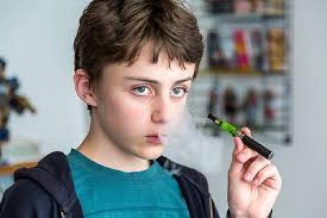 teen using ecig
