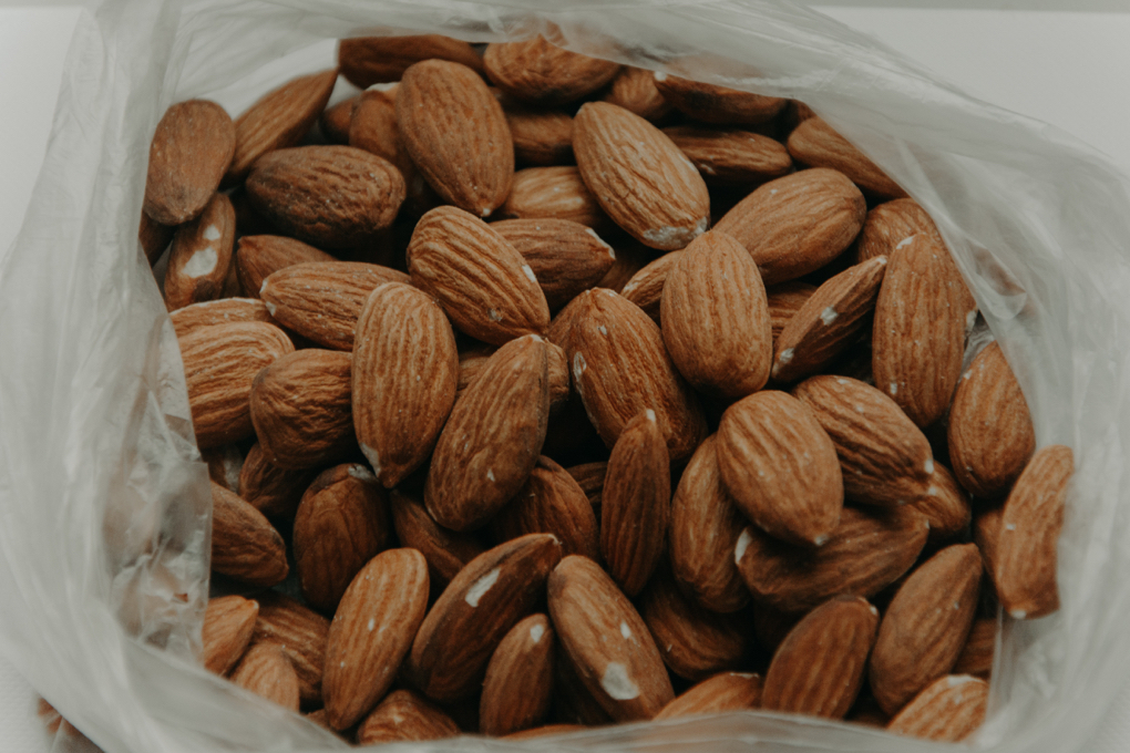 Photo of almonds, which are a healthy food that can be used to overcome food cravings