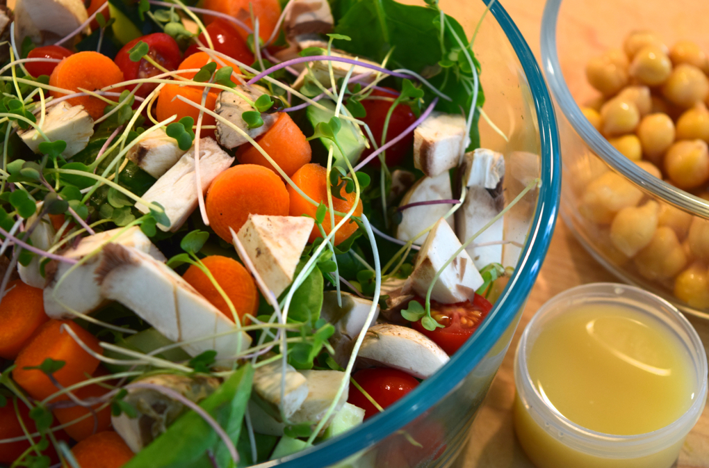 Photo of salad with chickpeas as an example of healthy lunch ideas