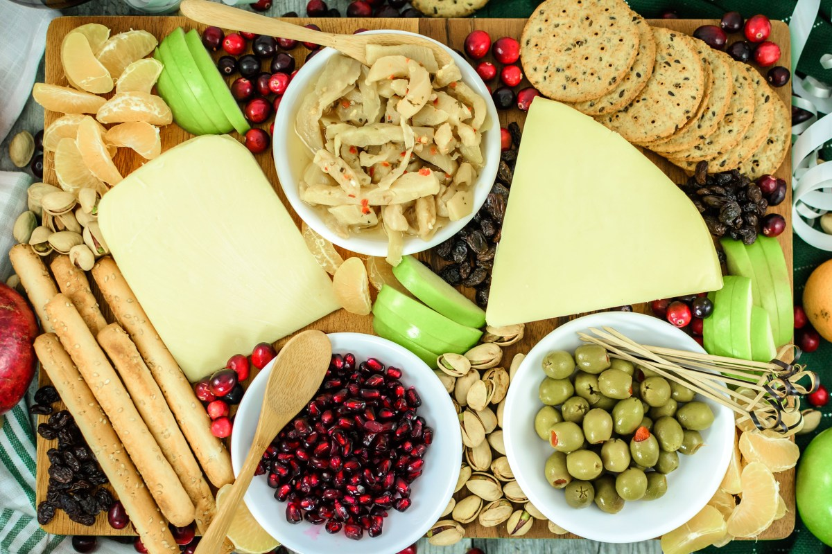 How-to Make a Crowd-Pleasing Holiday Cheese Board