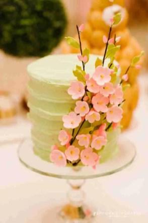 Dulce con adornos de florecitas rosada